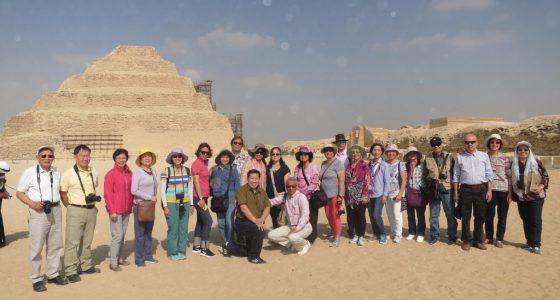 階梯金字塔前